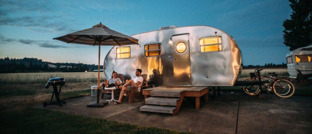 Metallener Wohnwagen im Abendlicht