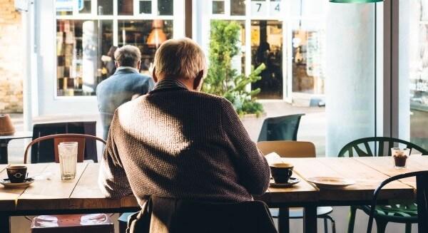 menschen-im-cafe