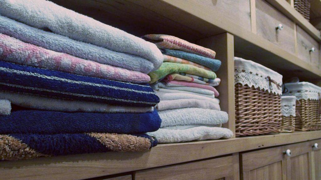 Handtücher im Schrank eingeordnet